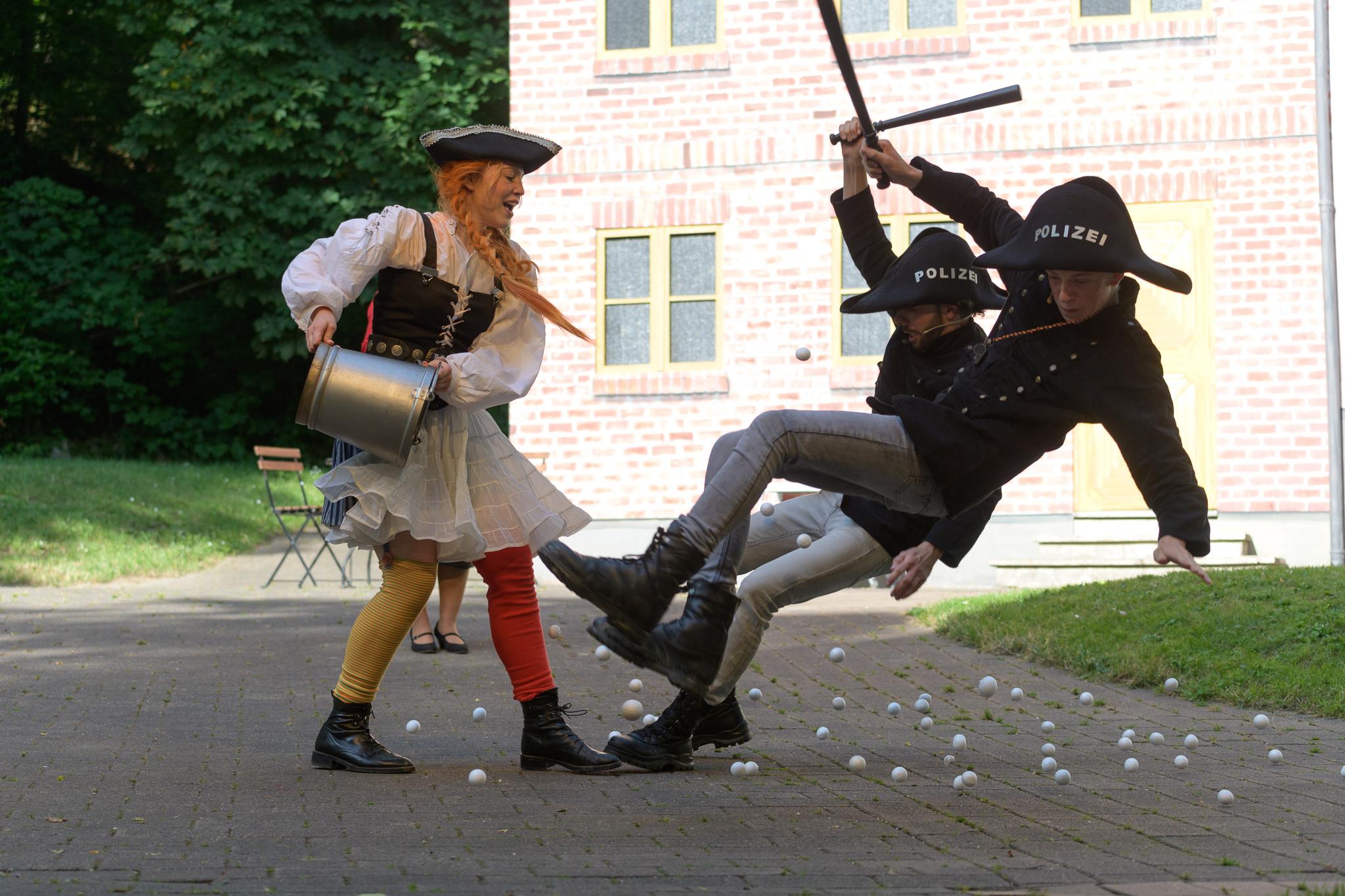 Pippi und die Polizisten Klang und Larsson (Carsten Meier und Johannes Dohmann)
